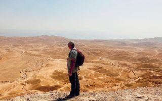 Ο Ορέν Γκούτφελντ, Ισραηλινός αρχαιολόγος στο Εβραϊκό Πανεπιστήμιο της Ιερουσαλήμ, μελετά την έρημο πάνω από τις σήραγγες που πιστεύει ότι συνδέονται με τον Χάλκινο πάπυρο του Κουμράν.