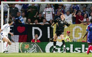 Το εξώφυλλο του βιβλίου του Βασίλη Σαμπράκου. Αριστερά, ο Χαριστέας στέλνει την μπάλα στα δίχτυα του Μπαρτέζ, κάνοντας το Ελλάδα – Γαλλία 1-0 και στέλνοντας την Εθνική στα ημιτελικά του Euro 2004.