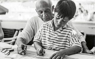 Μαθήματα ζωγραφικής. Ο Πάμπλο Πικάσο παρακολουθεί τον γιο του Κλοντ να σχεδιάζει. © Bettmann/Getty Images /Ideal Image