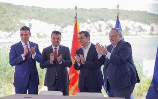 """Ο υπουργός Εξωτερικών της ΠΓΔΜ, Νίκολα Ντιμιτρόφ (Α), ο πρωθυπουργός της ΠΓΔΜ, Ζόραν Ζάεφ (2Α), ο πρωθυπουργός της Ελλάδος, Αλέξης Τσίπρας (2Δ) και ο υπουργός Εξωτερικών της Ελλάδος, Νίκος Κοτζιάς (Δ), χειροκροτούν κατά την τελετή υπογραφής συμφωνίας μεταξύ Ελλάδος και ΠΓΔΜ για το ονοματολογικό της ΠΓΔΜ, στους Ψαράδες Πρεσπών, Φλώρινα, Κυριακή 17 Ιουνίου 2018. Η συμφωνία αποτελεί προϊόν μίας πολύμηνης διαπραγμάτευσης μεταξύ των δύο χωρών και κατέληξε στο όνομα """"Βόρεια Μακεδονία"""" ή """"Severna Makedonja"""". ΑΠΕ-ΜΠΕ/ ΑΠΕ-ΜΠΕ/ ΝΙΚΟΣ ΑΡΒΑΝΙΤΙΔΗΣ"""