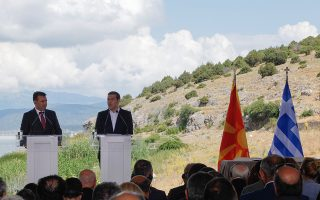 """Ο πρωθυπουργός της Ελλάδος, Αλέξης Τσίπρας (2Α), παρουσία του πρωθυπουργού της ΠΓΔΜ, Ζόραν Ζάεφ (Α), απευθύνει ομιλία κατά την τελετή υπογραφής συμφωνίας μεταξύ Ελλάδος και ΠΓΔΜ για το ονοματολογικό της γειτονικής χώρας, Ψαράδες Πρεσπών, Φλώρινα, Κυριακή 17 Ιουνίου 2018. Η συμφωνία αποτελεί προϊόν μίας πολύμηνης διαπραγμάτευσης μεταξύ των δύο χωρών και κατέληξε στο όνομα """"Βόρεια Μακεδονία"""" ή """"Severna Makedonja"""". ΑΠΕ-ΜΠΕ/ ΑΠΕ-ΜΠΕ/ ΝΙΚΟΣ ΑΡΒΑΝΙΤΙΔΗΣ"""