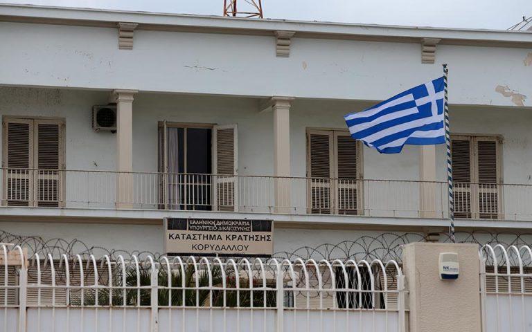 Στην εισαγγελία Πειραιά οδηγήθηκαν οι δύο κρατούμενοι που εμπλέκονται στη δολοφονία του Αλβανού βαρυποινίτη
