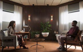 Στην τηλεοπτική σειρά «Homecoming», η Τζούλια Ρόμπερτς υποδύεται μια ψυχολόγο σε κέντρο αποκατάστασης βετεράνων πολέμου.