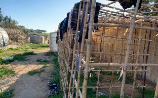 Στην περιοχή στήνονται καλύβες από καλάμια και νάιλον για εργάτες.