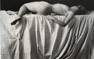 Emmanuel Sougez: Γυμνό ξαπλωμένο πάνω σε ύφασμα με πτυχώσεις, 1930. Από την έκδοση «Λάγνες γυναίκες» των εκδόσεων Αγρα.