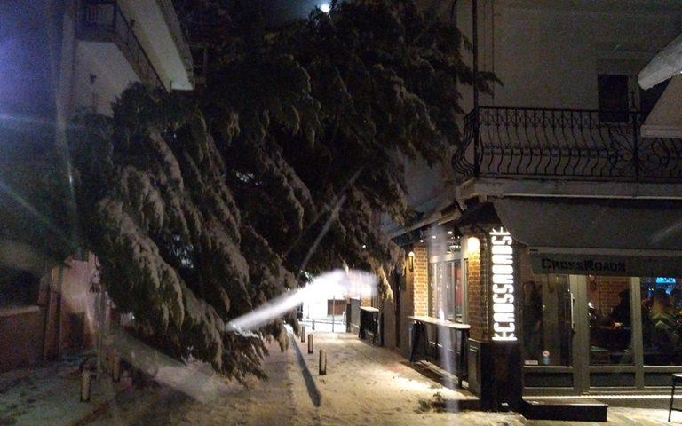 Χιόνι, αέρας και… σκοτάδι στην Κοζάνη από την κακοκαιρία (βίντεο – φωτογραφίες)