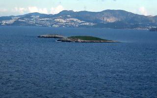 Ο Υπουργός Εθνικής ¶μυνας Πάνος Καμμένος πραγματοποίησε ρίψη στεφάνου στο θαλάσσιο χώρο των Ιμίων, στον τόπο θυσίας των τριών ηρώων Ελλήνων Αξιωματικών του Πολεμικού Ναυτικού Παναγιώτη Βλαχάκου, Χριστόδουλου Καραθανάση, Έκτορα Γιαλοψού