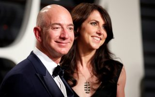 FILE PHOTO: 89th Academy Awards - Oscars Vanity Fair Party - Beverly Hills, California, U.S. - 26/02/17 ? Amazon's Jeff Bezos and his wife MacKenzie Bezos. REUTERS/Danny Moloshok/File Photo