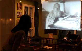 Επισκέπτρια στο Μουσείο Ιστορίας της Σεούλ παρακολουθεί ντοκιμαντέρ για τη ζωή του μεγάλου συγγραφέα.