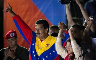 epa03662678 Venezuelan Interim President and winner of presidential elections, Nicolas Maduro (2-L), greets supporters after the announcement of his victory, in Caracas, Venezuela, 14 April 2013. Maduro got 7.505.338 votes (50,66 percent), 234.935 more than opposition candidate Henrique Capriles, who got 7.270.403 (49,07 percent).  EPA/MIGUEL GUTIERREZ