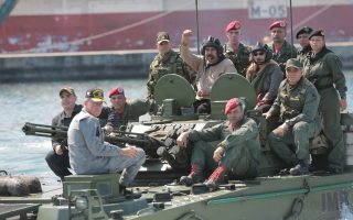 Ο εν ενεργεία πρόεδρος Νικολάς Μαδούρο παρέστη σε στρατιωτικά γυμνάσια (φωτογραφία), όπου εξέφρασε την εμπιστοσύνη του στη νομιμοφροσύνη των ενόπλων δυνάμεων.