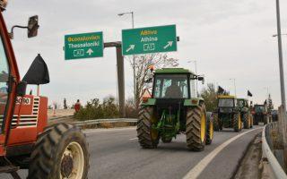 Αγρότες με τα τρακτέρ τους έχουν αποκλείσει την Εθνική οδό Αθηνών – Θεσσαλονίκης στο κόμβο της Νίκαιας, Δευτέρα  28 Ιανουαρίου 2019. Αναμένονται να καταφθάσουν και οι αγρότες της Καρδίτσας ώστε να στηθεί το «μπλόκο» στην εθνική οδό, σύμφωνα με απόφαση που έχουν πάρει οι αγρότες της Πανελλαδικής επιτροπής των μπλόκων. ΑΠΕ-ΜΠΕ /ΑΠΕ-ΜΠΕ/ΑΠΟΣΤΟΛΗΣ ΝΤΟΜΑΛΗΣ