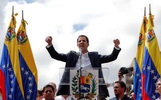 Ο επικεφαλής της αντιπολίτευσης της Βενεζουέλας, Χουάν Γκουάιντο, αυτοανακηρύσσεται πρόεδρος της χώρας κατά τη διάρκεια αντικυβερνητικής συγκέντρωσης στο Καράκας. (REUTERS/Carlos Garcia Rawlins)