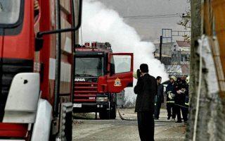 Μεγάλης έκτασης διαρροή αερίου σημειώθηκε σε αγωγό της εταιρίας Ελληνικά Πετρέλαια, στην περιοχή της δυτικής Θεσσαλονίκης, με αποτέλεσμα να τεθούν σε κινητοποίηση οι αστυνομικές και πυροσβεστικές αρχές. Σύμφωνα με την πυροσβεστική υπηρεσία η διαρροή σημειώθηκε στην περιοχή που βρίσκεται κοντά στο Β΄ΚΤΕΟ Θεσσαλονίκης. Αμέσως διακόπηκε η παροχή ηλεκτρικού ρεύματος, σε ακτίνα ενός περίπου χιλιομέτρου γύρω από το σημείο της διαρροής, ενώ για λόγους ασφαλείας απομακρύνονται εργαζόμενοι σε βιομηχανίες και κάτοικοι της περιοχής. Θεσσαλονίκη, Τετάρτη 29 Νοεμβρίου 2006. ΑΠΕ/MEGAPRESS/ΓΙΩΡΓΟΣ ΦΩΤΙΑΔΗΣ