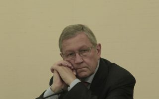 """Ο Διευθύνων Σύμβουλος, του Ευρωπαϊκού Μηχανισμού Σταθερότητας (ESM),  Klaus Regling παρευρίσκεται στα γραφεία της Τράπεζας της Ελλάδος πριν την διάλεξή του με θέμα """"Overcoming the Euro Crisis"""" στην Αθήνα Πέμπτη 10 Ιουλίου 2014. ΑΠΕ-ΜΠΕ/ΑΠΕ-ΜΠΕ/ΓΙΑΝΝΗΣ ΚΟΛΕΣΙΔΗΣ"""