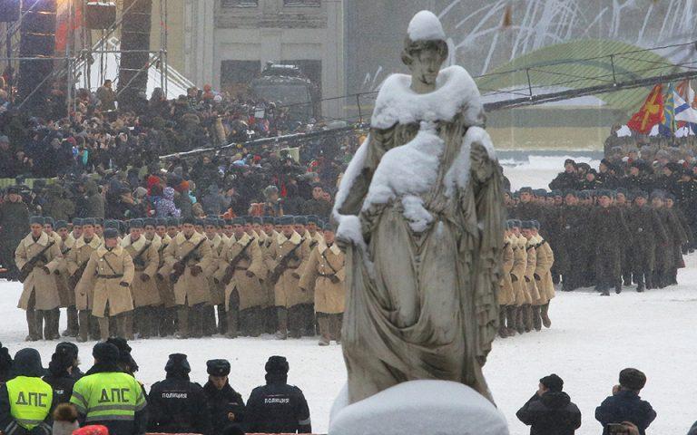 Στολές εποχής και υπερσύχρονα όπλα στην παρέλαση για την πολιορκία του Λένινγκραντ (φωτογραφίες)
