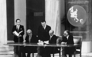 Μάιος 1979. Ο Κων. Καραμανλής υπογράφει στο Ζάππειο την ένταξη της Ελλάδας στην τότε ΕΟΚ. Η ΕΔΑ και το ΚΚΕ εσ., αν και είχαν ριζικές διαφωνίες με τη συντηρητική κυβέρνηση Καραμανλή, υπερψήφισαν τη συμφωνία  ένταξης. Είπαν «ναι» σε μια κυβερνητική πράξη που προάγει το συλλογικό καλό.