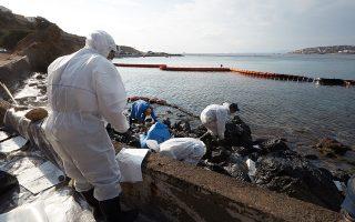 Εκατοντάδες επιχειρήσεις, ξενοδοχειακές, καφεστίασης και άλλες, που επλήγησαν από το ατύχημα του «Αγία Ζώνη ΙΙ», έχουν απευθυνθεί στο Διεθνές Ταμείο Αποζημιώσεων από Ρύπανση Πετρελαίου, κύριος σκοπός του οποίου είναι «η καταβολή αποζημίωσης σε όλους αυτούς που υπέστησαν ζημία από ρύπανση πετρελαίου, οι οποίοι δεν δύνανται να λάβουν πλήρη αποζημίωση για τη εν λόγω ζημία από τον πλοιοκτήτη» (φωτ. από τις εργασίες απορρύπανσης).