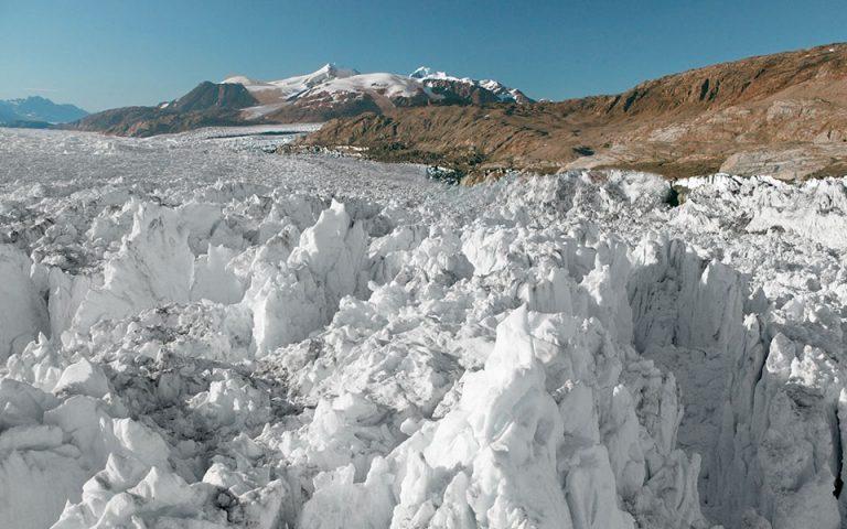 Τέσσερις φορές πιο γρήγορα από ό,τι το 2003 λιώνουν οι πάγοι στη Γροιλανδία