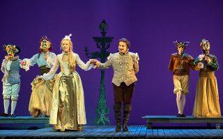 Η Ελλη Τρίγγου  (αριστερά) στον ρόλο της Βιόλας πείθει ότι έχει ικανότητες και φλόγα για να αναλάβει μεγάλους κλασικούς ρόλους. Αντίθετα, ο Βασίλης Χαραλαμπόπουλος ερμηνεύει τον ρόλο του Σαίξπηρ βολεμένος στη μανιέρα που έχει παγιώσει τα τελευταία χρόνια.