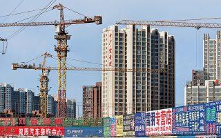 Οι εύποροι καταναλωτές στην Κίνα –αυτοί που αγοράζουν αδιαλείπτως κάθε νέο μοντέλο iPhone– αλλάζουν συμπεριφορά. Πολλά ακριβά εστιατόρια στο Πεκίνο και στη Σαγκάη είναι άδεια, όπως και τα δωμάτια των πεντάστερων ξενοδοχείων. Οι δε πωλήσεις αυτοκινήτων και διαμερισμάτων στην Κίνα εμφανίζουν μεγάλη μείωση.