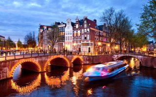 Η βόλτα με πλοιάριο στα κανάλια δίνει την ευκαιρία στον επισκέπτη να θαυμάσει τις ομορφιές της πόλης. (Φωτογραφία: VISUALHELLAS.GR)
