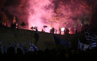 entasi-kai-chimika-sto-syntagma-amp-8211-se-10-syllipseis-kai-133-prosagoges-prochorise-i-elas-fotografies-vinteo0