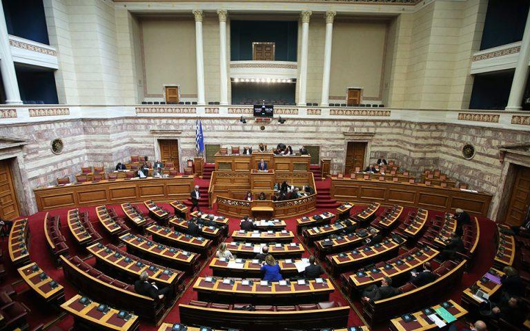 «Τσάι και συμπάθεια» στα άδεια έδρανα του Κοινοβουλίου