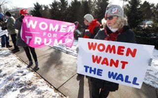 Γυναίκες παροτρύνουν τον Ντόναλντ Τραμπ να χτίσει το τείχος.