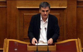 Ο υπουργός Οικονομικών Ευκλείδης Τσακαλώτος μιλάει στη συνεδρίαση των επιτροπών προκειμένου να συζητηθεί το σχέδιο νόμου με το κείμενο της συμφωνίας στην όποια κατέληξε η ελληνική κυβέρνηση με τους εταίρους της χώρας στην αίθουσα της ολομέλειας της Βουλής,  Πέμπτη 13 Αυγούστου 2015. Το αν το εν λόγω σχέδιο νόμου θα εισαχθεί για συζήτηση και ψήφιση με τη διαδικασία του κατεπείγοντος, όπως έχει ζητήσει η κυβέρνηση. ΑΠΕ-ΜΠΕ/ΑΠΕ-ΜΠΕ/ΑΛΕΞΑΝΔΡΟΣ ΒΛΑΧΟΣ