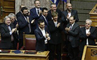 Ο πρωθυπουργός Αλέξης Τσίπρας (Κ), με τους υπουργούς χειροκροτούν μετά την ανακοίνωση του αποτελέσματος της ψηφοφορίας στη συζήτηση στην Ολομέλεια της Βουλής για παροχή ψήφου εμπιστοσύνης προς την κυβέρνηση, Τετάρτη 16 Ιανουαρίου 2019. Η συζήτηση ολοκληρώθηκε με ονομαστική ψηφοφορία όπου η κυβέρνηση πήρε ψήφο εμπιστοσύνης με 151 ψήφους.  ΑΠΕ-ΜΠΕ/ΑΠΕ-ΜΠΕ/ΓΙΑΝΝΗΣ ΚΟΛΕΣΙΔΗΣ