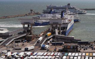 Το λιμάνι του Ντόβερ (φωτ.) αποτελεί τη βασική πύλη εισόδου και εξόδου εμπορευμάτων στη Βρετανία. Αν από το πρωί της 30ής Μαρτίου απαιτού-νται διατυπώσεις, έστω και ολιγόλεπτες, για τις νταλίκες στα βρετανικά λιμάνια, υπάρχει μεγάλος κίνδυνος το Ντόβερ να υποστεί... έμφραγμα.
