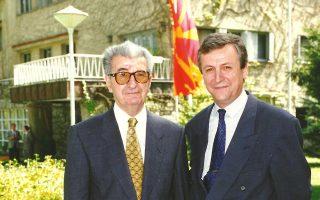 Πρώτος πρέσβης της ΠΓΔΜ στην Αθήνα, ο Λιούπτσο Αρσόφσκι (δεξιά) υπήρξε στενός συνεργάτης του Κίρο Γκλιγκόροφ.