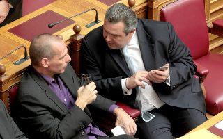 Ο Υπουργός Οικονομικών Γιάννης Βαρουφάκης (Α) και ο Υπουργός Εθνικής Άμυνας Πάνος Καμμένος (Δ) συνομιλούν στην ολομέλεια του σώματος, Παρασκευή 6 Φεβρουαρίου 2015. Πραγματοποιήθηκε στην ολομέλεια της Βουλής η ψηφοφορία για την εκλογή πρόεδρου της Βουλής. Τα αποτέλεσμα της ψηφοφορίας ήταν 235 ψήφοι για την Ζωή Κωνσταντοπούλου. ΑΠΕ-ΜΠΕ/ΑΠΕ-ΜΠΕ/Παντελής Σαίτας