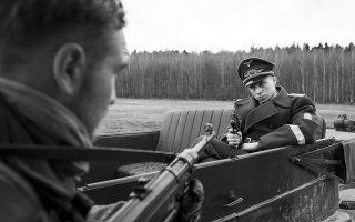 Ο κυνηγημένος στρατιώτης μετατρέπεται ταχύτατα σε σαδιστή λοχαγό, σε ένα φιλμ που αναδεικνύει την αγριότητα αλλά και τον σουρεαλισμό του πολέμου.
