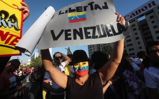 epa07313845 Venezueland living in Chile hold a rally to show support for the self-proclaimed president of Venezuela, Juan Guaido, at the Plaza Italia in Santiago, Chile, 23 January 2019.  EPA/ALBERTO VALDES