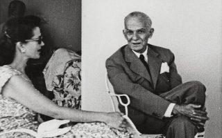 Η τελευταία φωτογραφία του Γ. Α. Βλάχου (15/7/1951): Στον Ιππόδρομο του Φαλήρου, συνομιλώντας με την κ. Ριτς (Πρακτορείον Ηνωμένων Φωτορεπόρτερ - Ν. Ε. Τόλης).