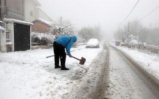 Κάτοικος καθαρίζει τον δρόμο από τα χιόνια. Στα  άσπρα ντύθηκε ο Χορτιάτης από την ισχυρή χιονόπτωση. Θεσσαλονίκη, Πέμπτη 3 Ιανουαρίου 2019. ΑΠΕ ΜΠΕ/PIXEL