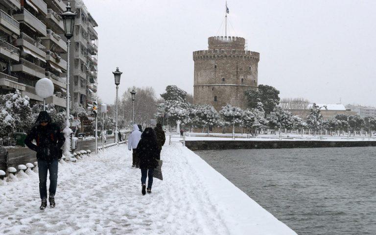 Τόνοι σκουπιδιών «σκεπάζουν» τη Θεσσαλονίκη λόγω χιονιά