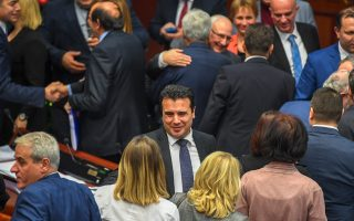 Περιχαρής ο πρωθυπουργός της ΠΓΔΜ Ζόραν Ζάεφ δέχεται τα συγχαρητήρια των 81 βουλευτών –απαιτούνταν 80–, οι οποίοι υπερψήφισαν, τελικά, τις τροποποιήσεις των τεσσάρων άρθρων του συντάγματος της χώρας τους. Τα Σκόπια έκαναν το βήμα που τους αναλογούσε για τη συμφωνία των Πρεσπών.