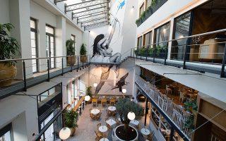Η θεά Άρτεμις, τοιχογραφία του street artist Ino στο αίθριο του Ergon House. Φωτογραφίες: Βαγγέλης Ζαβός