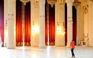 Μία από τις πολυτελείς αίθουσες του Παλατιού της Βουλής. Η ανοικοδόμησή του διήρκεσε δεκατρία χρόνια και είναι ταυτισμένη με τo καθεστώς Τσαουσέσκου. (Φωτογραφία: VISUALHELLAS.GR)