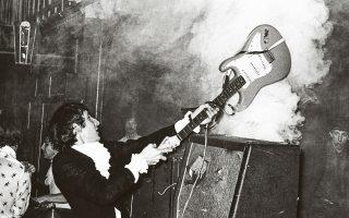 Ο Πιτ Τάουνσεντ κάνει κομμάτια την κιθάρα του σε συναυλία των Who.
