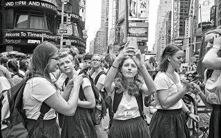 Μαθήτριες φωτογραφίζουν το «Κέντρο του Σύμπαντος», όπως αποκαλούν κάποιοι τη θρυλική πλατεία.