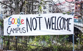 Λίγο καιρό μετά την ανακοίνωση από την Google για το campus στο Kreuzberg το 2016, άρχισαν οι κινητοποιήσεις, οι οποίες κορυφώθηκαν περίπου έναν χρόνο μετά με την ταυτόχρονη δράση τεσσάρων συμμαχιών από ομάδες στην περιοχή, μεταξύ αυτών και εκείνης του κ. Σεργίου, της «NoGoogleCampus - Alliance».