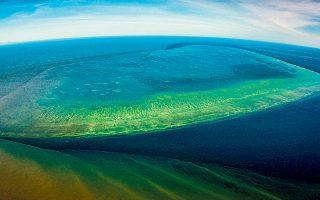 Τοξικό ίζημα από τις πρόσφατες πλημμύρες στη βόρεια Αυστραλία έχει καλύψει μέρος του Μεγάλου Κοραλλιογενούς Υφάλου, στερώντας από τα κοράλλια το απαραίτητο φως. Περιοχές στο βόρειο Κουίνσλαντ προσπαθούν ακόμη να συνέλθουν μετά τις πρωτόγνωρες βροχοπτώσεις που διήρκεσαν δύο και πλέον εβδομάδες.