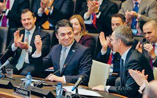 Ο υπουργός Εξωτερικών της ΠΓΔΜ Νίκολα Ντιμιτρόφ υπέγραψε χθες στις Βρυξέλλες, υπό το βλέμμα του γ.γ. του ΝΑΤΟ Γενς Στόλτενμπεργκ, το πρωτόκολλο εισδοχής στο Βορειοατλαντικό Σύμφωνο.