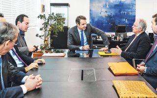 Ο πρόεδρος της Νέας Δημοκρατίας Κυριάκος Μητσοτάκης συναντήθηκε χθες με κορυφαίους συνταγματολόγους, οι οποίοι συμφώνησαν ομόφωνα ότι η επόμενη Βουλή δεν δεσμεύεται από το περιεχόμενο των αναθεωρητέων διατάξεων.