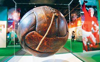 Η μπάλα που χρησιμοποιήθηκε το 1930 στο β' ημίχρονο του τελικού του Μοντεβιδέο ανάμεσα στην Ουρουγουάη και στην Αργεντινή. Σχεδόν 100 χρόνια μετά, η «μπάλα» του Παγκοσμίου Κυπέλλου βρίσκεται ξανά στα πόδια των δύο γειτονικών χωρών.