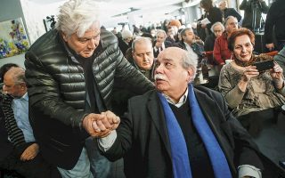 Η εκδήλωση ήταν για τη σύγκλιση των δυνάμεων της Αριστεράς και ο Θανάσης ο Παπαχριστόπουλος ήταν παρών. (Τον θαυμάζετε με το καπιτονέ μπουφανάκι, που τον κάνει να θυμίζει το ανθρωπάκι της Michelin, να υποβάλλει τα σέβη του στον άνθρωπο στον οποίο στηρίζεται για να εκλεγεί ξανά.) Εχοντας ο ίδιος περάσει από όλα τα κόμματα του δημοκρατικού τόξου, ο Θανάσης πιστεύει, και το δείχνει με το παράδειγμα της ζωής του, στη σύγκλιση όλων των πολιτικών δυνάμεων. Είναι δηλαδή παγκομματικός (παν+κομματικός). Οπως λέμε, π.χ., πανσεξουαλιστής, παμφάγος κ.λπ.